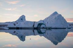 Ijsberg in lagune Stock Afbeeldingen