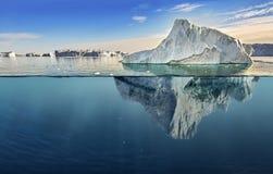 Ijsberg met hierboven en onderwatermening royalty-vrije stock afbeelding