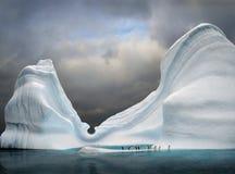 ijsberg met pinguïnen Stock Foto