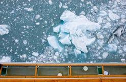 Ijsberg naast cruiseschip Royalty-vrije Stock Foto
