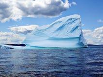 Ijsberg in oceaan stock foto