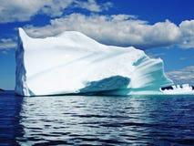 Ijsberg in oceaan Royalty-vrije Stock Foto's
