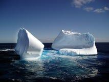 Ijsberg in oceaan Stock Afbeeldingen