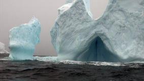 Ijsberg in oceaan van Antarctica stock videobeelden
