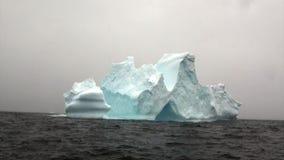 Ijsberg in oceaan van Antarctica stock footage