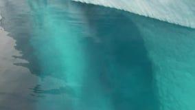 Ijsberg onderwater in oceaan van Antarctica stock video