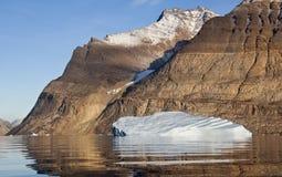 Ijsberg in Scoresbysund in Groenland royalty-vrije stock foto