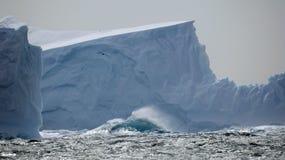 Ijsberg in stormachtige overzees Royalty-vrije Stock Afbeeldingen