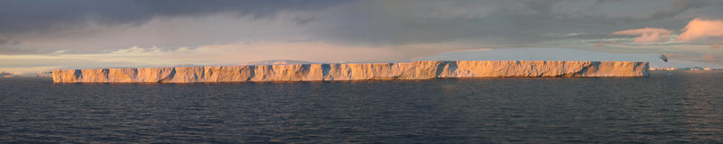 Ijsberg in tabelvorm, zonsonderganggloed Stock Afbeelding