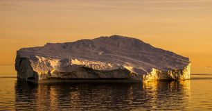 Ijsberg tijdens zonsondergang in Groenland royalty-vrije stock afbeelding