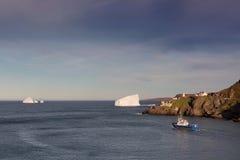 Ijsberg, Vissersboot en Vuurtoren Stock Foto's