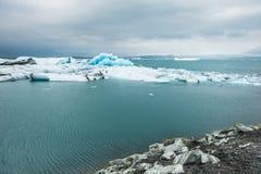 Ijsbergen in de ijzige lagune van Jokulsarlon, IJsland Royalty-vrije Stock Afbeelding