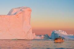 Ijsbergen in de middernachtzon, Ilulissat, Groenland Royalty-vrije Stock Foto