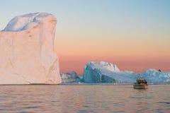 Ijsbergen in de middernachtzon, Ilulissat, Groenland Stock Foto
