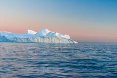 Ijsbergen in de middernachtzon, Ilulissat, Groenland royalty-vrije stock foto's