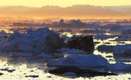 Ijsbergen in de zonsondergang van Groenland royalty-vrije stock fotografie