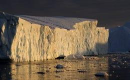 Ijsbergen in de zonsondergang van Groenland royalty-vrije stock foto's