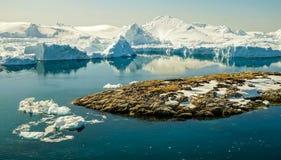 Ijsbergen die in de fjord naast Ilulissat, Groenland afdrijven stock fotografie