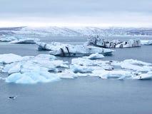 Ijsbergen die in Jokulsarlon, IJsland drijven Stock Foto