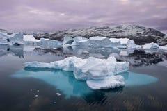 Ijsbergen die in Oost-Groenland drijven royalty-vrije stock foto