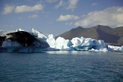 Ijsbergen door de zon worden aangestoken die royalty-vrije stock afbeelding