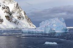 Ijsbergen en Westelijk Antarctisch Schiereiland Stock Foto