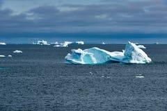 Ijsbergen in ijsbergkerkhof in Fjord, Groenland Verschillende die ijsbergen van gletsjers in Groenland worden gebroken royalty-vrije stock foto