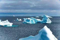 Ijsbergen in ijsbergkerkhof in Fjord, Groenland Verschillende die ijsbergen van gletsjers in Groenland worden gebroken stock fotografie