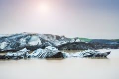 Ijsbergen in ijzige lagune Stock Afbeelding