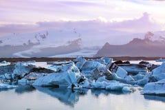 Ijsbergen in Jokulsarlon Stock Afbeelding