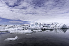 Ijsbergen in Jokulsarlon-gletsjermeer bij zonsondergang Stock Foto's