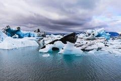 Ijsbergen in jokulsarlon ijzige lagune in IJsland royalty-vrije stock foto's