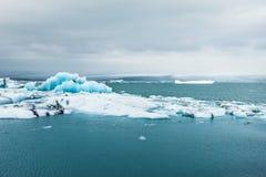 Ijsbergen in Jokulsarlon Lagune, IJsland Stock Fotografie