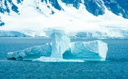 Ijsbergen langs oever van Antarctica Royalty-vrije Stock Afbeelding