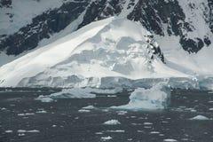 Ijsbergen, onbezonnen ijs, berg icefall Stock Afbeelding