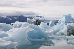 Ijsbergen op een meer in IJsland Stock Afbeeldingen