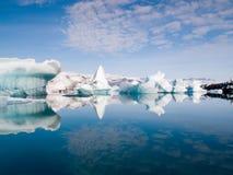 Ijsbergen op het Overzees stock afbeelding