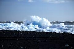 Ijsbergen op het zwarte vulkanische strand Stock Afbeeldingen