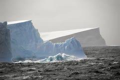Ijsbergen in ruwe wateren Royalty-vrije Stock Afbeelding