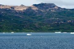 Ijsbergen voor Kust met Bergen, Groenland De reusachtige Ijsbergbouw met toren stock afbeeldingen