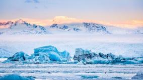 Ijsbergenvlotter op Jokulsarlon-gletsjerlagune bij zonsopgang royalty-vrije stock foto