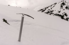 Ijsbijl op achtergrond van sneeuw Royalty-vrije Stock Afbeeldingen