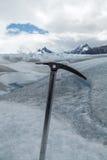 Ijsbijl vast op bevroren ijs Stock Fotografie