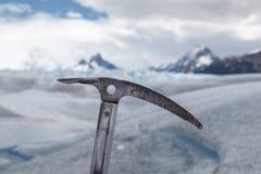 Ijsbijl vast in Perito Moreno Glacier Royalty-vrije Stock Afbeeldingen