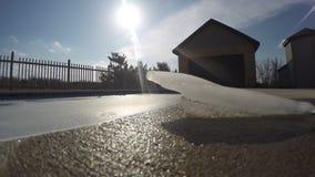 Ijsblok die langzaam in werf op een zonnige dag met blauwe hemel in 4k tijdtijdspanne smelten stock video