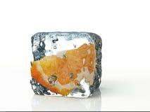 Ijsblokje en sinaasappel op witte achtergrond wordt geïsoleerd die Royalty-vrije Stock Foto