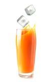 Ijsblokjes die in glas jus d'orange vallen Stock Afbeelding