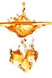 Ijsblokjes die in oranje water met plons worden gelaten vallen die op whit wordt geïsoleerd Royalty-vrije Stock Afbeelding
