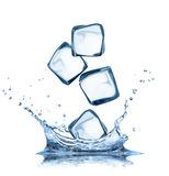 Ijsblokjes in waterplonsen op wit worden geïsoleerd dat Stock Afbeelding