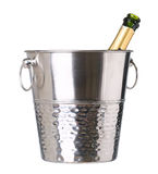 Ijsemmer met champagnefles op wit wordt geïsoleerd dat Stock Afbeelding